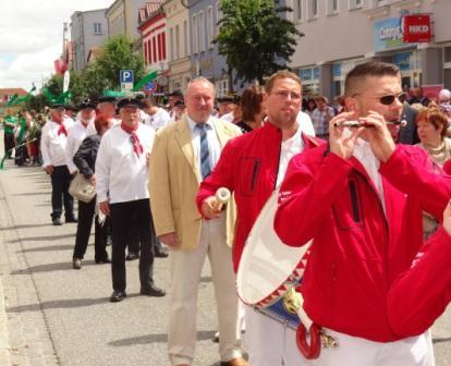 Bilder vom Festumzug während des 10. Bernsteinfestes in Ribnitz-Damgarten am 14.Juni 2014. Foto: Eckart Kreitlow