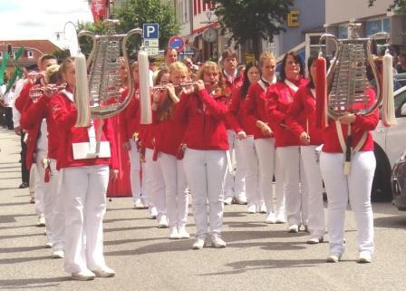 Mit flotten Rhythmen beim Festumzug am 14. Juni 2014, dem zweiten Tag des 10.Bernsteinfestes in Ribnitz-Damgarten, vorneweg der Spielmannszug der TSV Einheit Tessin e.V.. Foto: Eckart Kreitlow