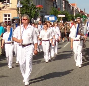 Bilder vom Festumzug aus Anlass des Jubil�ums 150 Jahre organisierter Sport in der Bernsteinstadt  Ribnitz-Damgarten am 24. August 2013 . Foto: Eckart Kreitlow