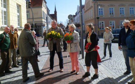 Bilder von der Abschlussveranstaltung der 19.Gedenkwanderung auf dem Ribnitz-Damgartener Marktplatz. Foto: Ingrid Hoffmann