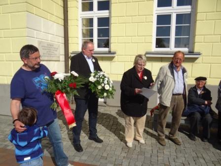 Worte ehrenden Gedenkens sprach in Ribnitz-Damgarten auch Christiane Latendorf, Vorsitzende der Fraktion DIE LINKE im Kreistag Vorpommern-Rügen. Foto: Eckart Kreitlow