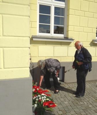 Dr. Ulrich Rabe und seine Ehefrau Hannelore beim Niederlegen eines Blumengebindes vor der Gedenktafel am Ribnitzer Rathaus. Foto: Eckart Kreitlow