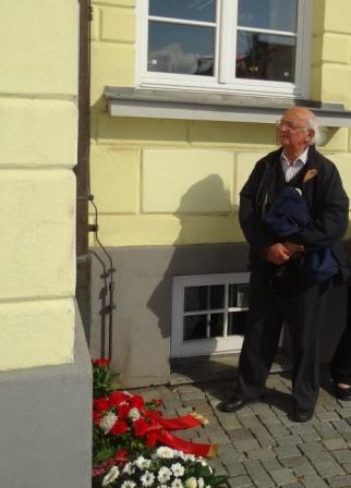 Der Wissenschaftler und Dozent Dr. Ulrich Rabe, Überlebender des HOLOCAUST, vor der Gedenktafel am Ribnitzer Rathaus, die an den Todesmarsch der 800 Frauen des KZ-Außenlagers Barth erinnert. Dr. Ulrich Rabe wurde während der Zeit der Nazibarbarei von den Faschisten als Halbjude verfolgt und zur Zwangsarbeit nach Frankreich deportiert. Foto: Eckart Kreitlow