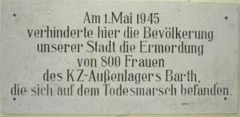 Die Gedenktafel am Ribnitzer Rathaus mit der Aufschrift Am 1.Mai 1945 verhinderte hier die Bev�lkerung unserer Stadt die Ermordung von 800 Frauen des KZ-Au�enlagers Barth, die sich auf dem Todesmarsch befanden. Foto: Eckart Kreitlow