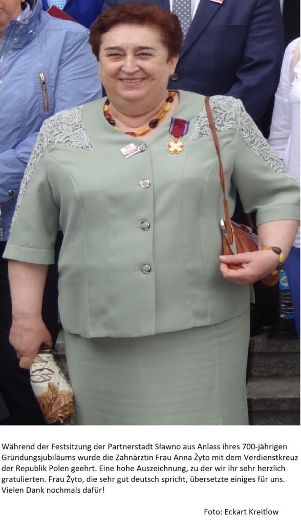 700 Jahre Sławno - Während der Festsitzung der Partnerstadt Sławno aus Anlass ihres 700-jährigen Gründungsjubiläums wurde die Zahnärztin Frau Anna Żyto mit dem Verdienstkreuz der Republik Polen geehrt. Eine hohe Auszeichnung, zu der wir ihr sehr herzlich gratulierten. Frau Żyto, die sehr gut deutsch spricht, übersetzte einiges für uns. Vielen Dank nochmals dafür! Foto: Eckart Kreitlow - Ostsee-Rundschau.de