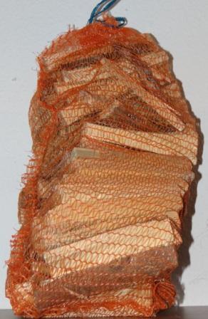 Anmachholz,  Netzsack mit ca. 11 dm³ Verpackungsinhalt, Hartholz gemischt, Restfeuchtegehalt unter 25 % nach IBT-Richtlinie (Kleinfeuerungsverordnung). Foto: Eckart Kreitlow