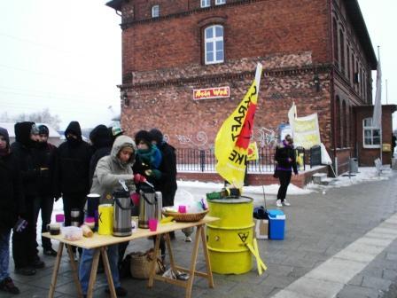 Trotz des sehr ungem�tlichen Winterwetters demonstrierten am 16.Dezember 2010  auch am Ribnitzer Bahnhof  einige Atomkraftgegner gegen den aus Frankreich kommenden Castor-Transport auf Spezialwaggons der Deutschen Bundesbahn zum ehemaligen Kernkraftwerk Bruno Leuschner in Greifswald-Lubmin. Foto: Eckart Kreitlow