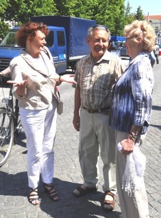 Wie hier mit dem Ehepaar Asta und Manfred Schielke aus Ribnitz-Damgarten kam es während des Bernsteinfestes mit Kerstin Kassner,  die  bei den Bundestagswahlen am 22.September 2013 mit dem Votum der Wählerinnen und Wähler den Einzug in den Bundestag geschafft hat,  immer wieder zu netten Begegnungen und herzlichen Gesprächen. Foto: Eckart Kreitlow