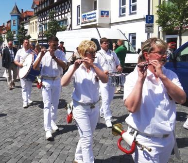 F�r den richtigen rhythmischen Sound sorgte der Spielmannszug aus der Stadt Tessin des Landkreises Rostock in Mecklenburg-Vorpommern, der den Festumzug anf�hrte. Foto: Eckart Kreitlow