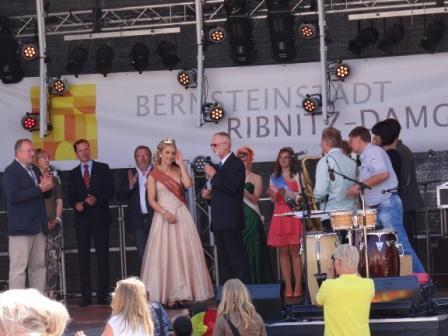 Während des 9. Bernsteinfestes konnte Bürgermeister Frank Ilchmann auch ganz herzlich die beiden Bürgermeister der Partnerstädte von Ribnitz-Damgarten aus dem polnischen Slawno und aus dem niedersächsischen Rinteln Krzystof Frankenstein und Karl-Heinz Buchholz begrüßen. Foto: Eckart Kreitlow