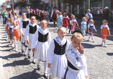 Auch Mädchen und Jungen, die dem Ribnitz-Damgartener Folklore-Ensembles Richard Wossidlo angehören, waren beim Festumzug mit dabei. Foto: Eckart Kreitlow