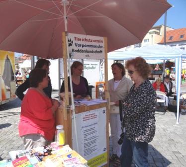 Bundestagsabgeordnete Kerstin Kassner führte auch Gespräche mit Vertreterinnen des Tierschutzvereins Vorpommersche Boddenlandschaft e.V. ebenso wie die Vorsitzende der Stadtfraktion der Partei DIE LINKE Renate Behnke. Foto: Eckart Kreitlow