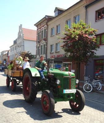 Im Festumzug waren ebenfalls vertreten gewesen das Freilichtmuseum Klockenhagen mit einem Gespann aus Oldtimer-Traktor und geschmücktem Wagen mit freundlichen Menschen in historischen Trachten. Foto: Eckart Kreitlow