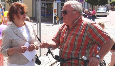Bilder vom 9. Bernsteinfest in Ribnitz-Damgarten am 8.Juni 2013. Auch zwischen Herrn Joachim Eckelt aus Ribnitz-Damgarten und Kerstin Kassner, Abgeordnete des Bundestages, entwickelte sich ein herzliches Gespr�ch. Foto: Eckart Kreitlow
