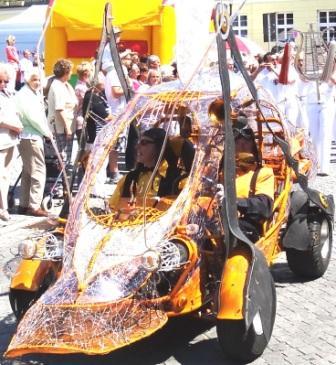 Olaf Randell und Othmar Schiffer-Belz schufen ein sehr originelles Gefährt - das Ambermobil. Foto: Eckart Kreitlow