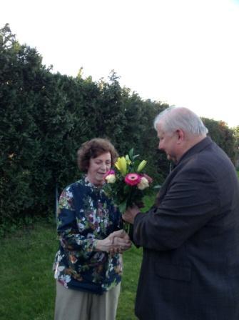 Den bunten  Blumenstrau� als Dankesch�n  �berreichte im Namen aller Mitstreiterinnen und Mitstreiter der Vorsitzende des Ortsverbandes DIE LINKE Ribnitz-Damgarten Eckart Kreitlow. Zugleich dankte er Genossin Renate Behnke sehr herzlich f�r ihr Engagement in den zwanzig Jahren ihrer Abgeordnetent�tigkeit.