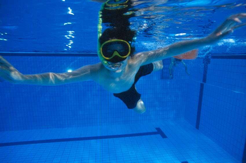 Kind beim Schwimmen. Fotoquelle: Bodden-Therme