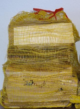 Kaminholz/Mischholz, Netzsack mit ca. 22 dm³ Verpackungsinhalt, Gewicht ca. 10 kg bei Abfüllung. Foto: Eckart Kreitlow