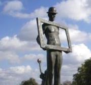 Eine wunderbare aus mehreren Figuren bestehende �berlebensgro�e Bronzeplastik des Bildhauers Professor Jo Jastram an der Uferpromenade des Ribnitzer Hafens, die den Namen Der Zirkus kommt tr�gt. Foto: Eckart Kreitlow