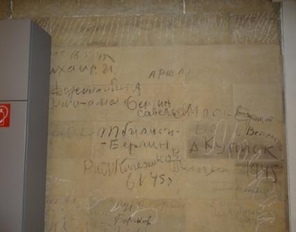 Inschriften von Soldaten der Roten Armee nach der Erstürmung des Reichstages am Ende des Zweiten Weltkrieges Anfang Mai 1945 an einer Wand in der Nähe des Plenarsaales des Deutschen Bundestages. Foto: Eckart Kreitlow
