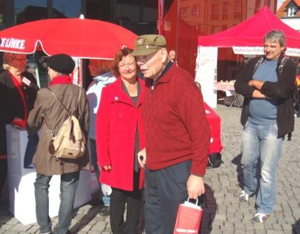 Bilder vom Bundestagswahlkampf am Donnerstag, dem 19.September 2013, auf dem Marktplatz und vor dem Rathaus der Bernsteinstadt Ribnitz-Damgarten. Foto: Eckart Kreitlow