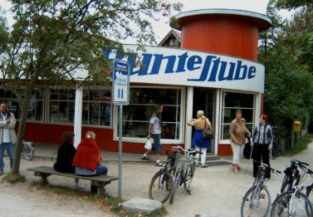 Nach der Gründung der DDR wurde die Bunte Stube in Ostseebad Ahrenshoop immer mehr zu einem kulturellen und gesellschaftlichen  Zentrum des Ortes und darüber hinaus. Foto: Eckart Kreitlow