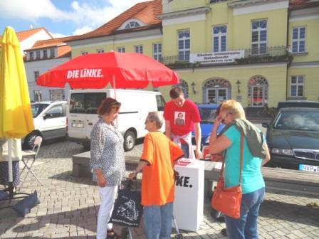 Interessante Gespräche mit der Bundestagskandidatin DIE LINKE Kerstin Kassner am Donnerstag, dem 5.September 2013, auf dem Ribnitz-Damgartener Marktplatz. Foto: Eckart Kreitlow