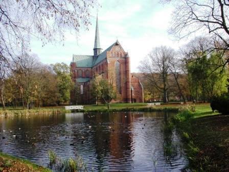 Blick auf die Südseite des Doberaner Münsters - das im 13. Jahrhundert erbaute ehemalige Zisterzienserkloster ist ein einzigartiges historisches Bauwerk in Mecklenburg-Vorpommern. Foto: Eckart Kreitlow