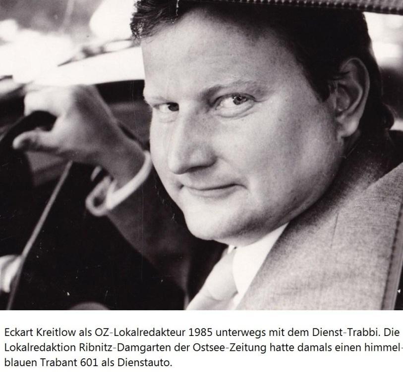 Eckart Kreitlow als OZ-Lokalredakteur 1985 unterwegs mit dem Dienst-Trabbi. Die Lokalredaktion Ribnitz-Damgarten der Ostsee-Zeitung hatte damals einen himmelblauen Trabant 601 als Dienstauto.