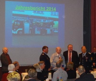 Auf der Jahreshauptversammlung der Freiwilligen Feuerwehr Ribnitz-Damgarten am 27.März 2015 im Stadtkulturhaus Ribnitz-Damgarten wurde Heinrich Wiencke (Bildmitte) aus Klockenhagen für 60-jährige Mitgliedschaft in der Freiwilligen Feuerwehr ausgezeichnet und erhielt von den Anwesenden viel Beifall. Foto: Eckart Kreitlow