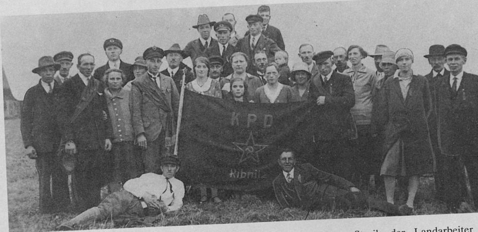 Fahnenweihe der Ribnitzer Ortsgruppe der KPD im Jahre 1931. Foto: Archiv