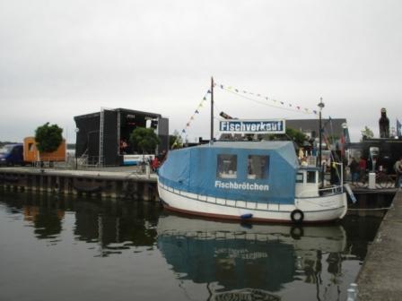 Fischverkaufsboot Elfriede im Ribnitzer Hafen. Foto: Eckart Kreitlow