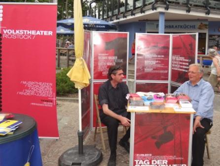 Der Leitgedanke f�r die Teilnahme des Volkstheaters Rostock mit einem Informationsstand am 10. Internationalen Friedensfest in Graal-M�ritz war: Kultur braucht Frieden, um gedeihen zu k�nnen. Umgekehrt wird ein Frieden um so br�chiger, je kultur�rmer er ist. Foto: Eckart Kreitlow