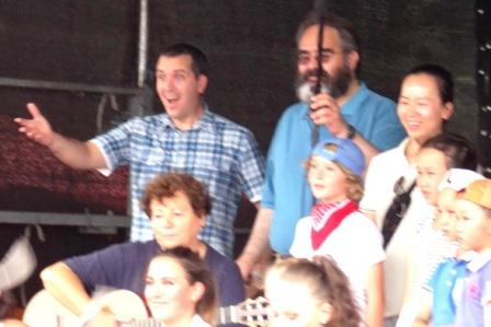 Links im Bild der stellvertretende Leiter der kubanischen Botschaft in Deutschland Daciel Alfonso und rechts daneben Seine Exzellenz der Botschafter Ecuadors in Deutschland Jorge Jurado sehr erfreut beim Beobachten des Aufsteigens von über 100 Tauben in den Himmel über Ostseebad Graal-Müritz. Dabei singen Kinder das Lied von der kleinen weißen Friedenstaube. Foto: Eckart Kreitlow
