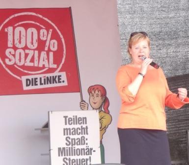 Die Bundestagsabgeordnete und haushaltspolitische Sprecherin der Fraktion DIE LINKE im Deutschen Bundestag Dr. Gesine L�tzsch ist beim Internationalen Friedensfest in Ostseebad Graal-M�ritz regelm��ig mit dabei, so auch am 3. August 2013 beim 10. Internationalen Graal-M�ritzer Friedensfest. Foto: Eckart Kreitlow