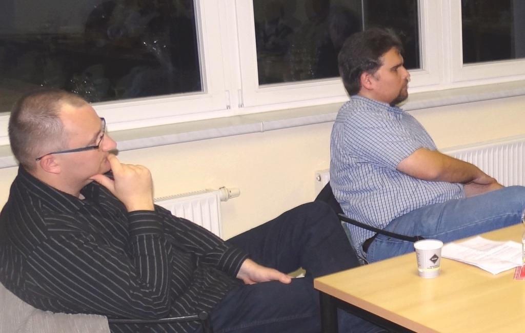 Am Friedensforum mit Dr. André Brie am 6. Oktober 2014 in Ribnitz-Damgarten nahmen auch Genosse Klemens Kowalski, Mitglied des Rates der Stadt Buxtehude und Experte für IT-Sicherheit (auf dem Bild links),  sowie Genosse Benjamin Koch-Böhnke (2. von links), Mitglied im Kreistag Stade und Ortsvorsitzender DIE LINKE Buxtehude, aus der Ribnitz-Damgartner Partnerstadt Buxtehude teil. Foto: Eckart Kreitlow