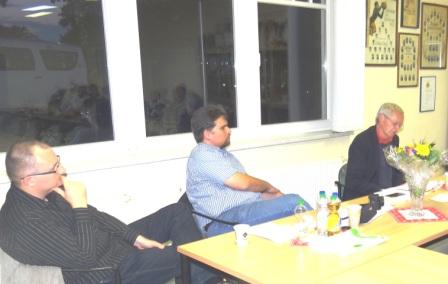 Am Friedensforum mit Dr. Andr� Brie am 6. Oktober 2014 in Ribnitz-Damgarten nahmen auch Genosse Klemens Kowalski, Mitglied des Rates der Stadt Buxtehude und Experte f�r IT-Sicherheit (auf dem Bild links),  sowie Genosse Benjamin Koch-B�hnke (2. von links), Mitglied im Kreistag Stade und Ortsvorsitzender DIE LINKE Buxtehude, aus der Ribnitz-Damgartner Partnerstadt Buxtehude teil. Foto: Eckart Kreitlow