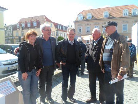 Gespräche mit Professor Dr. Wolfgang Methling am 15.Mai 2014 auf dem Ribnitzer Marktplatz, bei denen es auch um die Ereignisse in der Ukraine und den Kampf um die Erhaltung des Friedens ging. Gleichzeitig standen dort einige der zehn Kandidatinnen und Kandidaten, die sich auf der Liste der Partei DIE LINKE um die Stimmen der Wählerinnen und Wähler bei den Kommunalwahlen am 25. Mai 2014 in Ribnitz-Damgarten bewerben, den Bürgerinnen und Bürgern Rede und Antwort.