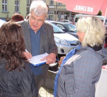Gespr�che mit Professor Dr. Wolfgang Methling am 15.Mai 2014 auf dem Ribnitzer Marktplatz, bei denen es auch um die Ereignisse in der Ukraine und den Kampf um die Erhaltung des Friedens ging. Gleichzeitig standen dort einige der zehn Kandidatinnen und Kandidaten, die sich auf der Liste der Partei DIE LINKE um die Stimmen der W�hlerinnen und W�hler bei den Kommunalwahlen am 25. Mai 2014 in Ribnitz-Damgarten bewerben, den B�rgerinnen und B�rgern Rede und Antwort.