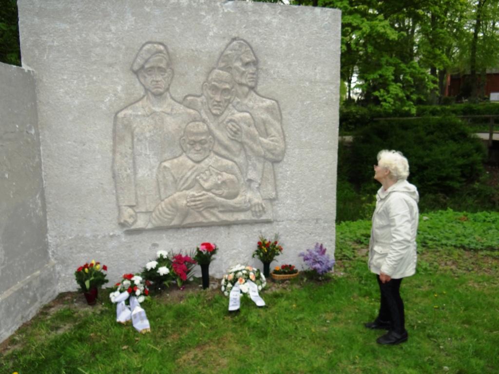 Stilles Gedenken für die Opfer des Faschismus  aus Anlass des 75. Jahrestages der Befreiung vom Faschismus am 8. Mai 2020 am Mahnmal in der Mühlenstraße (Nähe Friedhof) in Ribnitz-Damgarten