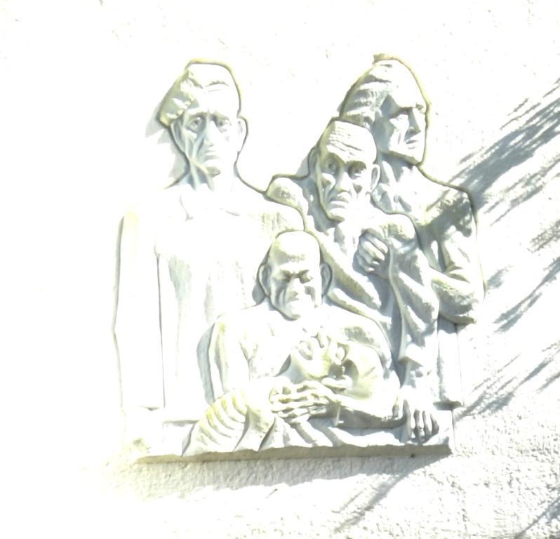 Gedenkveranstaltung aus Anlass des 70.Jahrestages der Befreiung des deutschen Volkes vom Faschismus und des 70.Jahrestages des Endes des Zweiten Weltkrieges am 8.Mai 2015 am Mahnmal für die Opfer des Faschismus in der Mühlenstraße in Ribnitz-Damgarten. Foto: Eckart Kreitlow