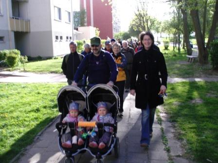 Gedenkwanderung am 1.Mai 2011 von Barth nach Ribnitz-Damgarten. Die Zwillinge Karla und Timea des Ehepaares Wenke Brüdgam-Pick und Lothar Pick waren die beiden jüngsten Teilnehmerinnen der diesjährigen Gedenkwanderung. Foto: Eckart Kreitlow