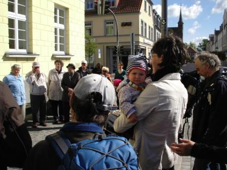 Gedenkwanderung am 1.Mai 2011 von Barth nach Ribnitz-Damgarten. Foto: Eckart Kreitlow