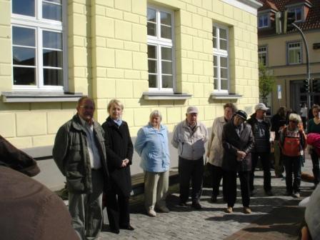 Gedenkwanderung am 1.Mai 2011 von Barth nach Ribnitz-Damgarten. Auf dem Bild links Johannes Scheringer vom Bund der Antifaschisten und Kathrin Meyer (2. v. l.), 2.Stellvertreter des Bürgermeisters von Ribnitz-Damgarten. Foto: Eckart Kreitlow