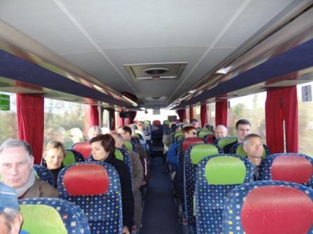 Die Teilnehmerinnen und Teilnehmer der 19.Gedenkwanderung aus Ribnitz-Damgarten wurden morgens mit dem Bus zum Barther Ehrenmal gebracht, wo sich etwa 50 Bürgerinnen und Bürger zu einer Gedenkveranstaltung und einer Kranzniederlegung versammelt hatten. Foto: Eckart Kreitlow