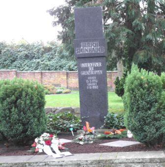 Grab und Gedenkstein des am 4.November 1980 im Grenzabschnitt Schönwalde, Kreis Nauen, an der damaligen Staatsgrenze zu Berlin (West) ermordeten Grenzsoldaten der DDR Unteroffizier Ulrich Steinhauer. Foto: Ingrid Hoffmann