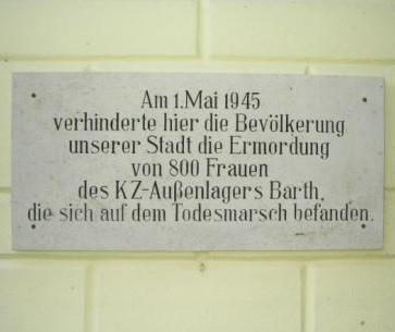 Die Gedenktafel am Ribnitzer Rathaus erinnert an den Todesmarsch von 800 Frauen des KZ-Außenlagers Barth, deren Ermordung damals am 1.Mai 1945 durch mutige und couragierte Bürgerinnen und Bürger auf dem Ribnitzer Marktplatz verhindert wurde. Foto: Eckart Kreitlow