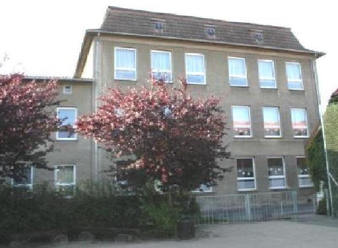 Blick auf die ehemalige Polytechnische Oberschule Gerhart Hauptmann in der Alten Klosterstraße der Bensteinstadt Ribnitz-Damgarten. Foto: Eckart Kreitlow