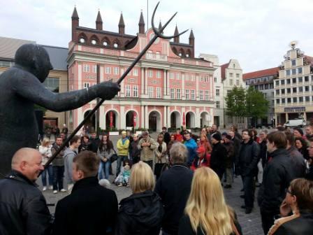 Etwa einhundert Teilnehmerinnen und Teilnehmer kamen zur ersten Montagsmahnwache für den Frieden in der Hansestadt Rostock am 5.Mai 2014 auf dem Neuen Markt.