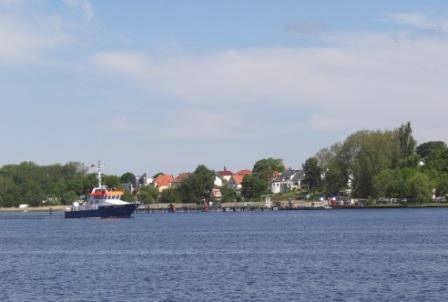 Blick auf die Warnow vom Kabutzenhof am Stadthafen der Hansestadt Rostock. Foto: Eckart Kreitlow